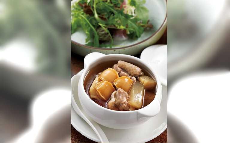 融合中西概念的「中西珍寶燉湯」,法式澄清湯底,清澈甘甜。(五八○元)(圖/于魯光攝)