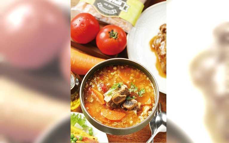 「番茄大麥仁牛肉燉湯」以蔬菜熬煮的湯底,搭配牛肋排及大麥仁,營養價值高。(145元)(圖/于魯光攝)