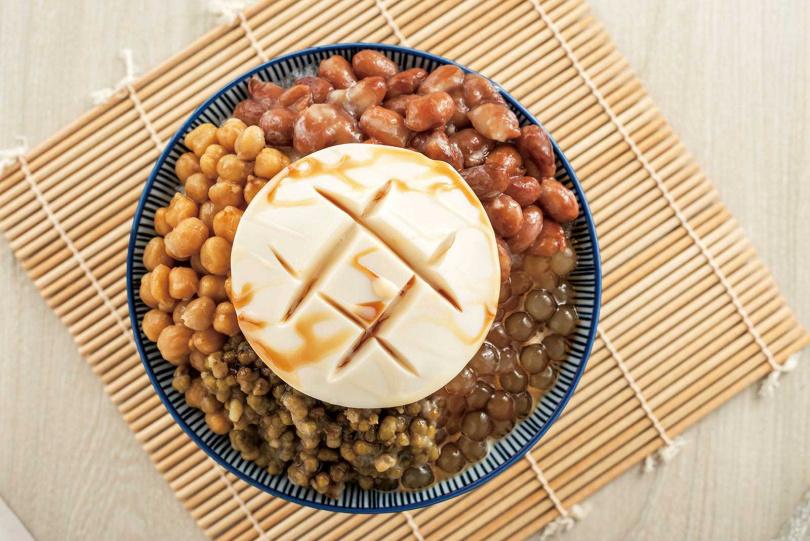 「杏仁豆腐黑糖刨冰」的杏仁是原豆研磨,入口香氣淡雅宜人。(85元/2種配料,多1料加10元起)(圖/張祐銘攝)