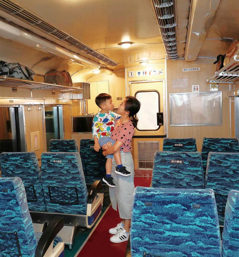 置身在莒光號列車展間中,眼睛能看到窗外光影變換、耳朵能聽到火車運行聲,好不逼真!(圖/于魯光攝)