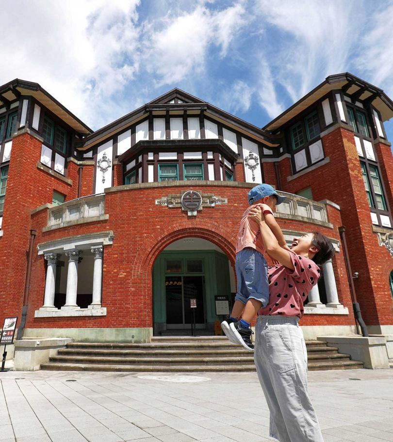 半木構造、紅磚拱廊、外露木構的「廳舍」建築,由臺灣總督府營繕課技師森山松之助所設計。(圖/于魯光攝)
