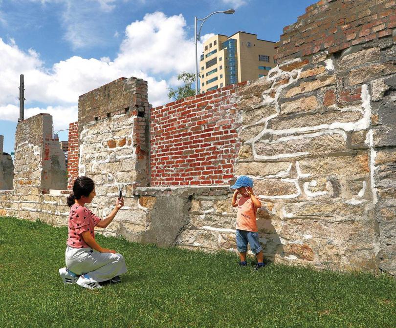 「古蹟現地展示區」有清代機器局東側圍牆與石板路遺跡,見證台北城百餘年發展。(圖/于魯光攝)