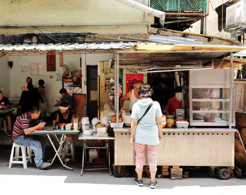 每天在無名麵攤上演的,就是城北舊城區人們的日常。(圖/于魯光攝)