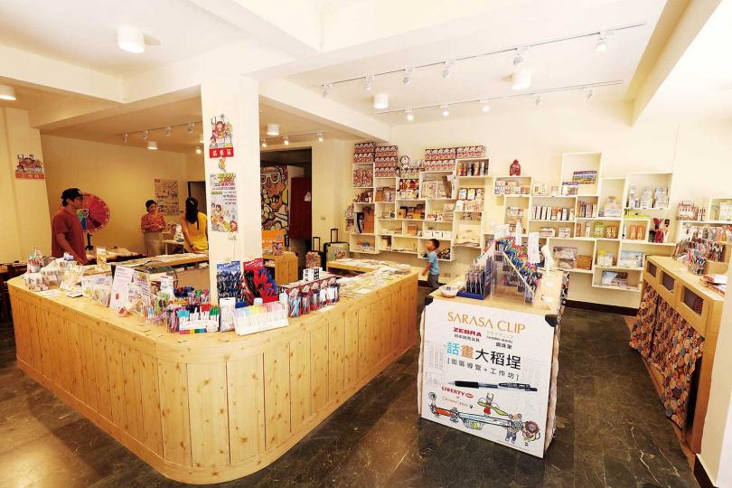 「話畫大稻埕創意店」販售創意圖像類商品、文具禮品及生活用品,客人可以試寫試用,喜歡再帶回家。(圖/于魯光攝)