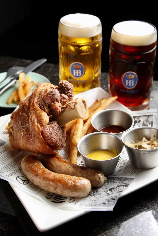 啤酒節限定的雙人套餐,包含豐富的德式傳統餐點及兩杯啤酒。(圖/焦正德攝影)