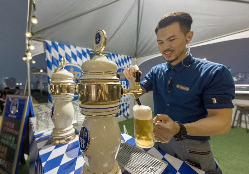 現場供應「十月啤酒」「小麥白啤」及「黑啤酒」三款不同風味的生啤。(圖/焦正德攝影)