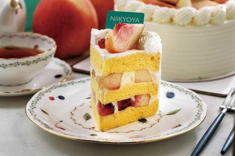「水蜜桃戚風蛋糕」裡外都是多汁香甜的水蜜桃,整體口感輕盈細緻。(750元/個、140元/片)