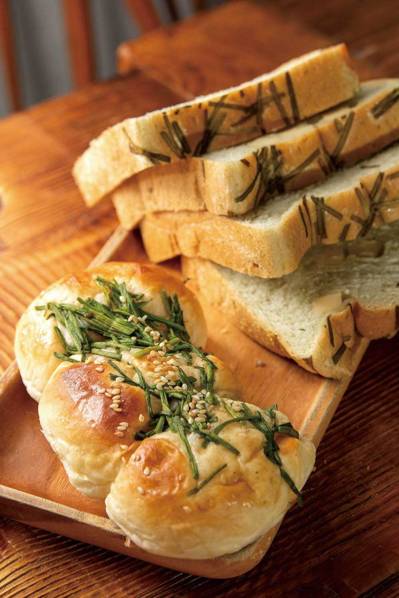 「味噌野蓮麵包」與「水蓮起司吐司」,都是「美濃啖糕堂」的人氣商品。(味噌野蓮麵包25元、水蓮起司吐司60元/半條)(圖/焦正德攝)