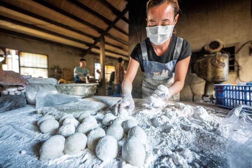 「美濃傅家客家美食」的麻糬是用老的長糯米製作,蒸熟之後放涼才包餡。(圖/焦正德攝)