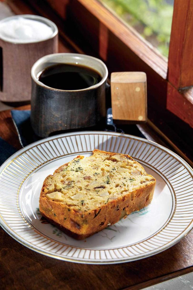 「濃鹹蛋糕」使用了高雄147號米、美濃鹹豬肉、馬鈴薯、蘑菇及九層塔,口感扎實豐富。(130元/份)(圖/焦正德攝)