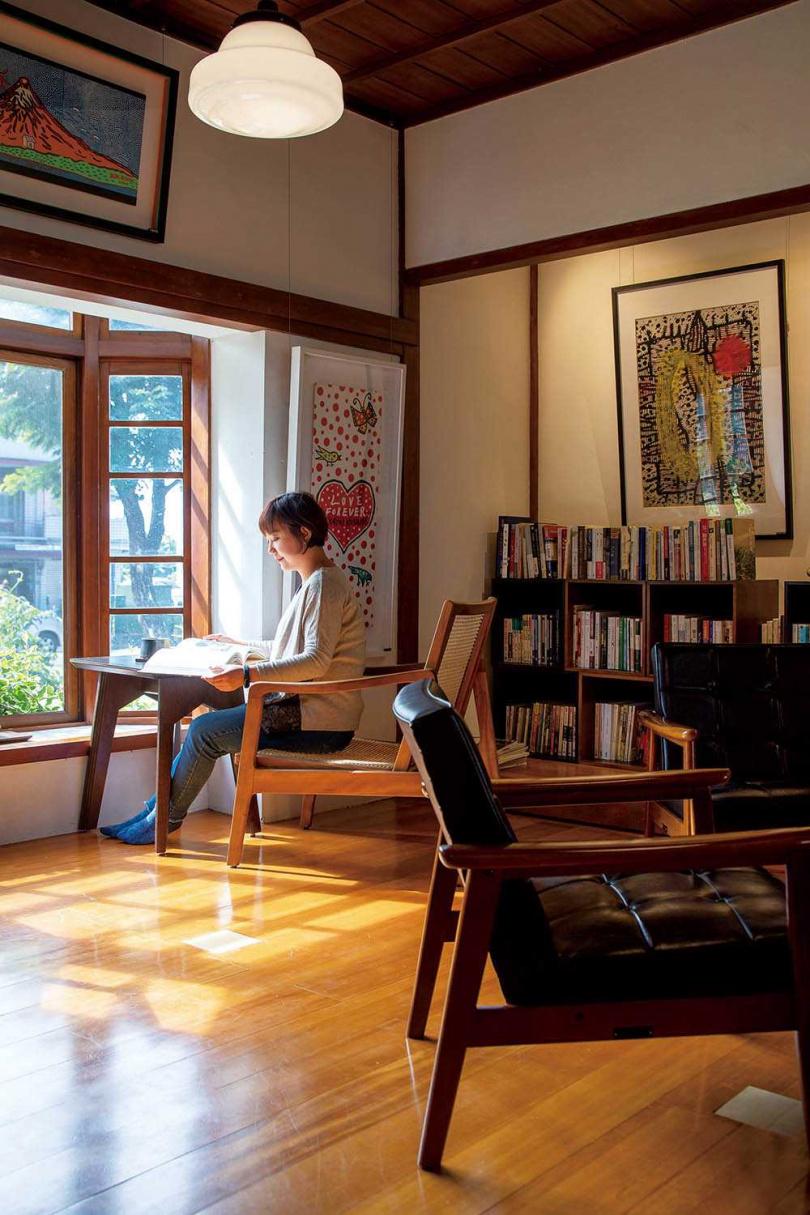 「美濃文創中心」是日式檜木建築,窗外還有綠意庭院,空間感十分舒服。(圖/焦正德攝)