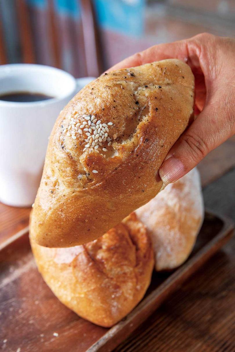 「法式活鹽麴麵包」用鹽麴取代鹽,酵母發酵得更好,風味更棒。(25元/個)(圖/焦正德攝)