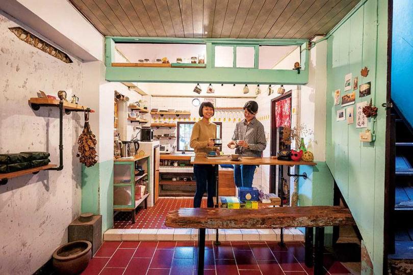 祺祺(左)將原本廢棄不用的民宅,打造成「咖啡角落」,一點一滴實現夢想。(圖/焦正德攝)