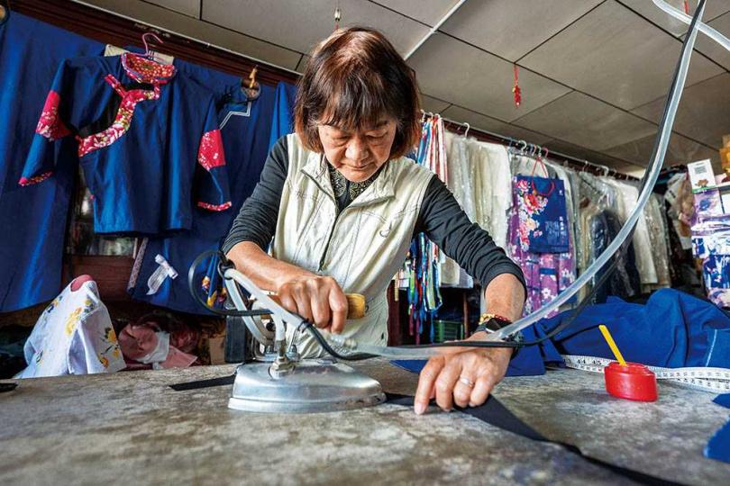 「美濃藍衫錦興行」老闆娘鍾鳳嬌傳承了公公的技術,繼續推廣藍衫客家文化。(圖/焦正德攝)