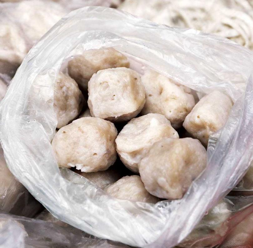 口感扎實彈牙的白丸,適合搭配麵食一起享用。(一六○元/袋)(圖/于魯光攝)