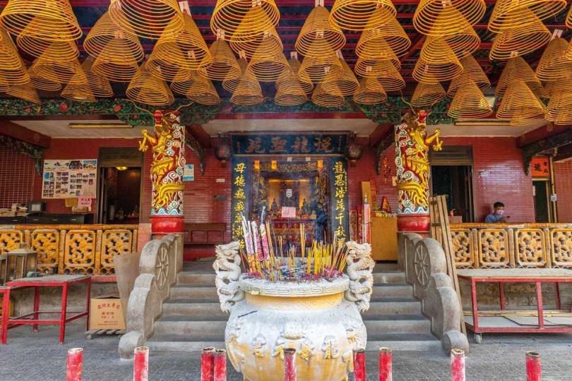 龍母廟與天后宮各自承載文化習俗的歷史記憶。