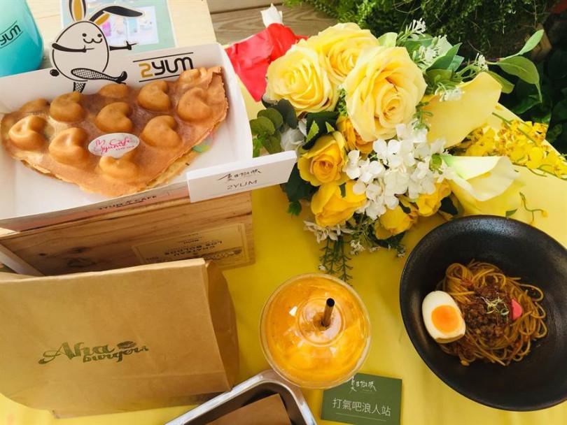 現場的貨櫃美食有「2YUM」熱銷的「彩虹起司雞蛋仔」、新飲品「打氣浪人站」的茫茫人海(芒果冰沙)、「TRIO」新菜色「滷肉乾麵」。