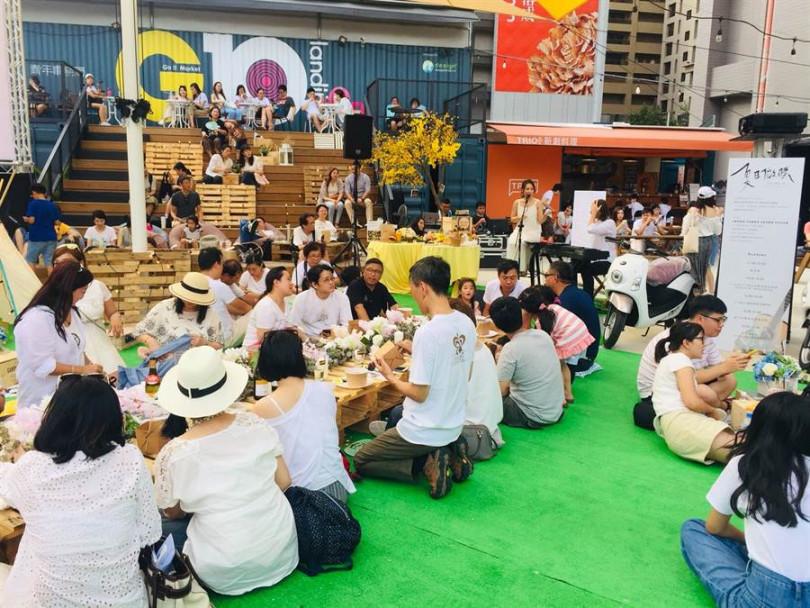 「夏日微醺草地音樂派對」,上百人在草地上穿白衫大開WHITE派對。