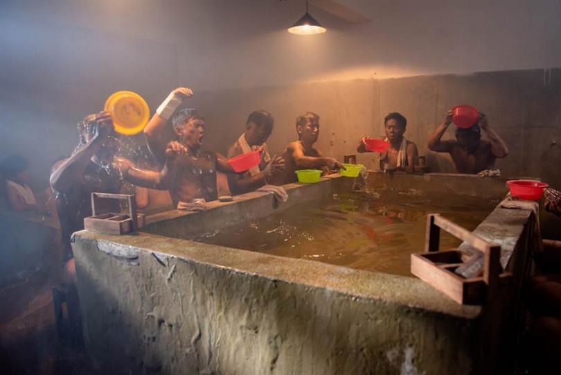 左起何豪傑、蔡昌憲、吳帆、傅子純、廖錦德、董季鑫頂著寒流坦誠相見洗冰水澡。(圖/公視提供)