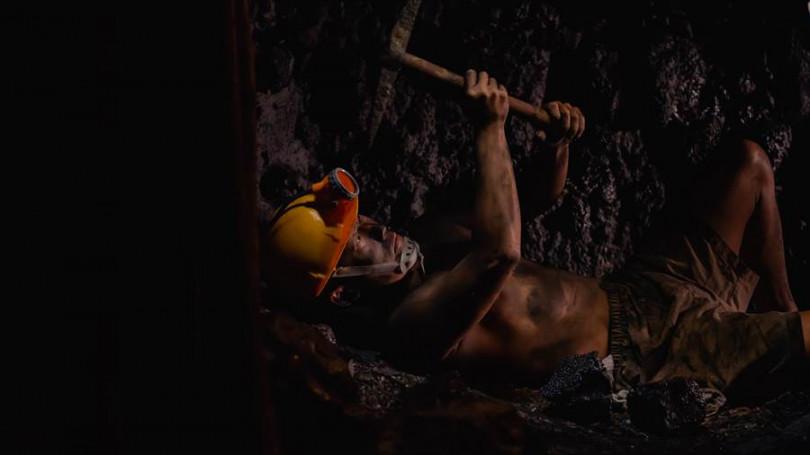 蔡昌憲克服幽閉恐懼下礦坑。(圖/公視提供)