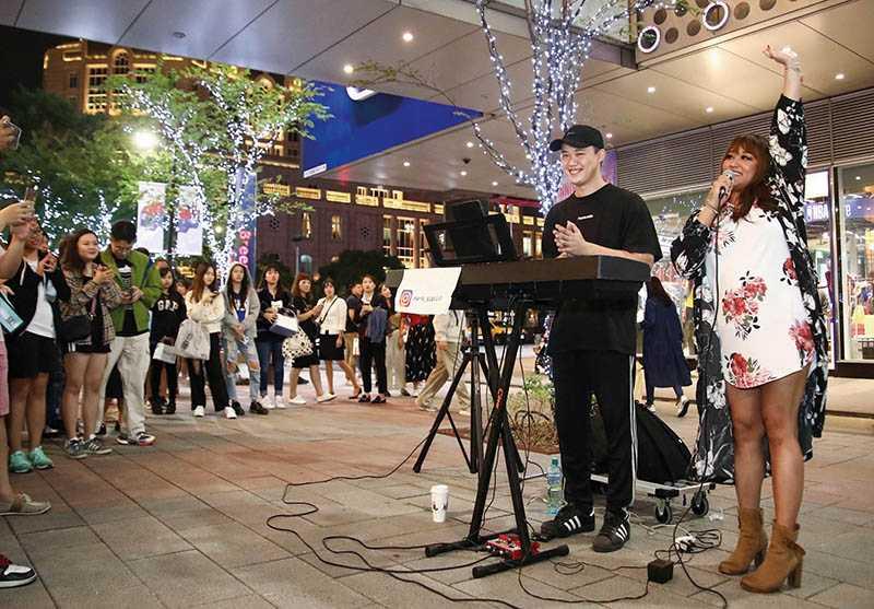 個性直爽的家家,曾在信義區巧遇街頭藝人翻唱自己的歌,隨即加入一同合唱。(圖/相信音樂提供)