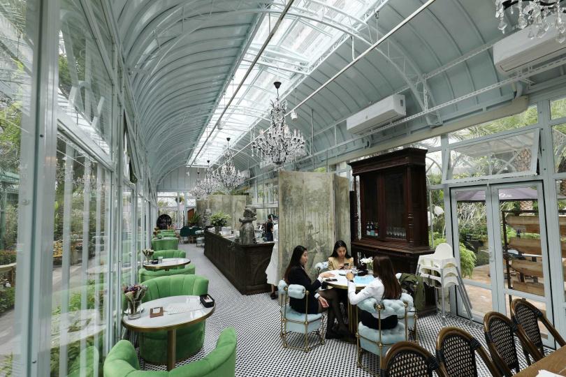 置身在被綠意所圍繞的玻璃屋用餐太夢幻,讓「極度浪漫 Super XOXO」開幕沒多久就成為IG打卡餐廳。