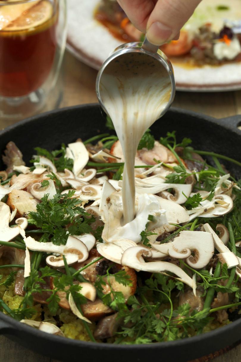 「香烤蜂蜜松露雞腿捲佐油封雞胗鐵鍋香米飯」飯香肉嫩,讓人忍不住一口接一口。(450元)