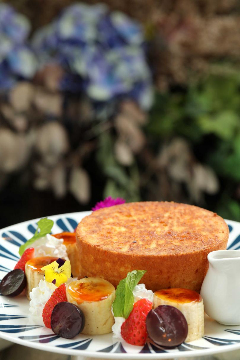「主廚特製慢烤煎餅」同時擁有舒芙蕾與車輪餅的特色。(240元)
