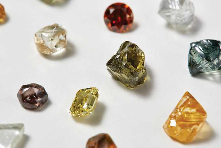 對DE BEERS而言,天然鑽石原石並不只是未加工的原料,更是大自然色彩綺麗的調色盤,以及獨特的創作靈感來源。(圖╱DE BEERS提供)