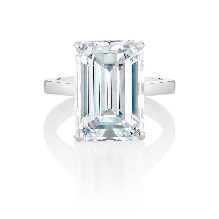 DE BEERS「DB Classic」系列,祖母綠形切割單鑽戒指,價格店洽。(圖╱DE BEERS提供)