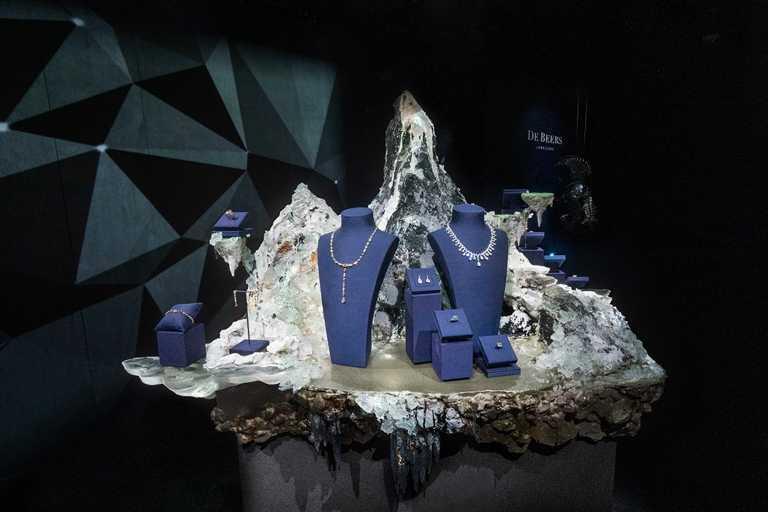 知名藝術家暨「質物霽畫」創辦人李霽,以鑽石生成的三個階段「樸實‧雕琢‧雋永」為藍本,為DE BEERS《Nature's Wonders頂級珠寶展》打造「Aura靈光」系列裝置藝術。(圖╱DE BEERS提供)