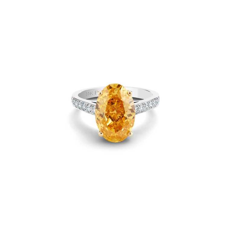 DE BEERS「Old Bond Street」系列,鉑金與18K黃金鑲嵌橢圓形切割橘鑽戒指,價格店洽。(圖╱DE BEERS提供)