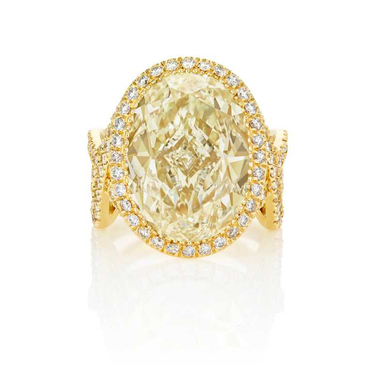 DE BEERS「Aella」系列,18K黃金與白金鑲嵌橢圓形切割黃鑽戒指,價格店洽。(圖╱DE BEERS提供)