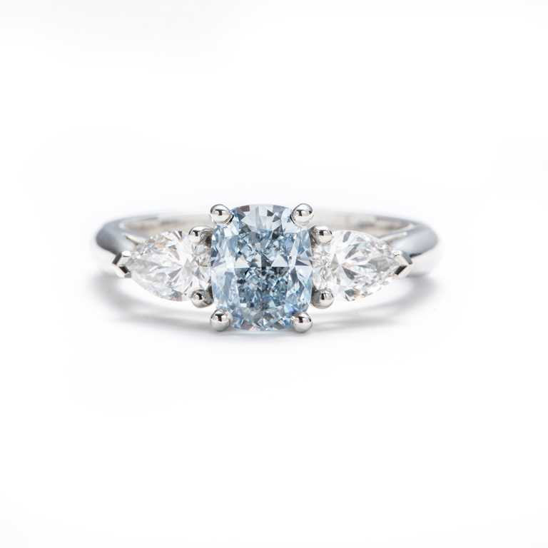 DE BEERS枕形切割藍鑽搭配梨形邊鑽戒指,價格店洽。(圖╱DE BEERS提供)