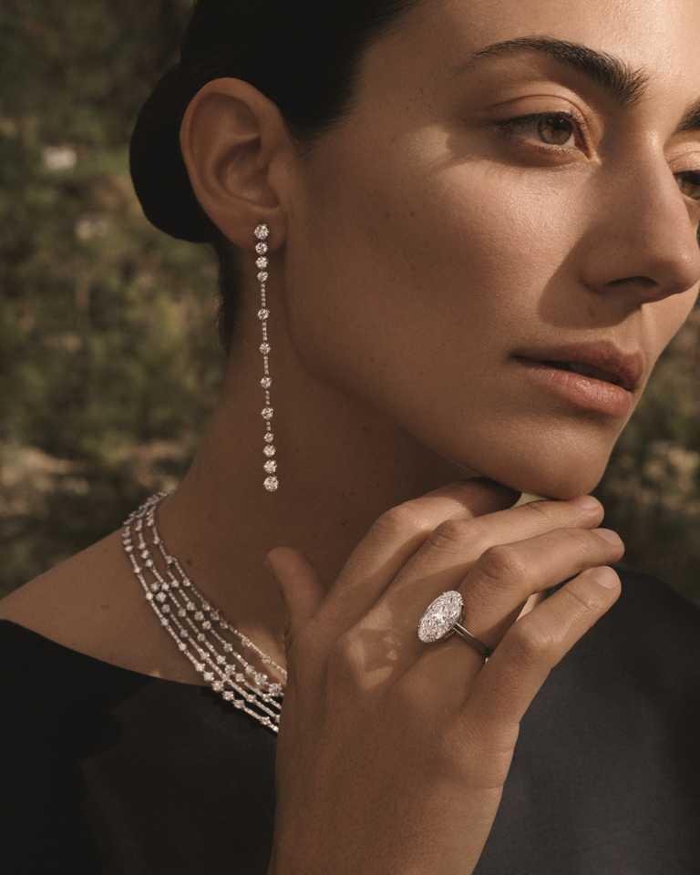 阿根廷傑出女性藝術家Conie Vallese,知性演繹DE BEERS鑽石珠寶的多面魅力。(圖╱DE BEERS提供)