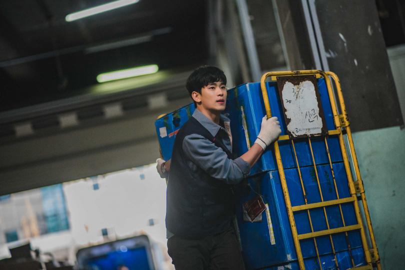 金秀賢在劇中飾演月薪不到台幣五萬的看護工,吃力地生活著。(圖/Netflix提供)