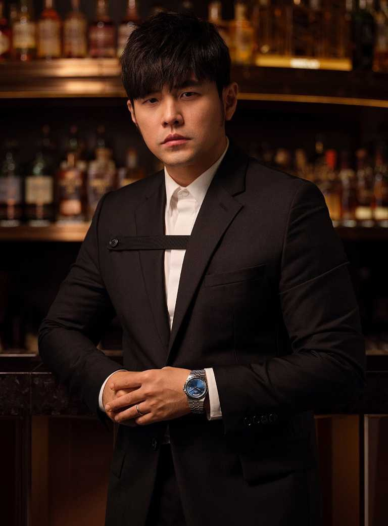 帝舵表全球代言人周杰倫,以黑身正裝搭配全新TUDOR「Royal皇家系列」腕錶,「爸」氣演繹紳士風範。(圖╱TUDOR提供)
