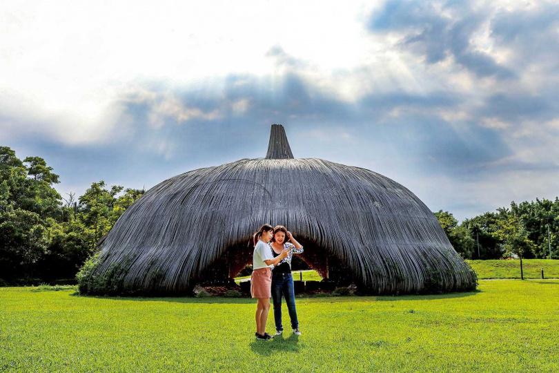 「崙坪文化地景園區」保留曾在桃園地景藝術節展出的多個大型藝術裝置。(圖/焦正德攝)