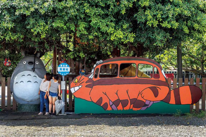 超療癒的龍貓公車站,吸引不少遊客特地前來拍照。(圖/焦正德攝)