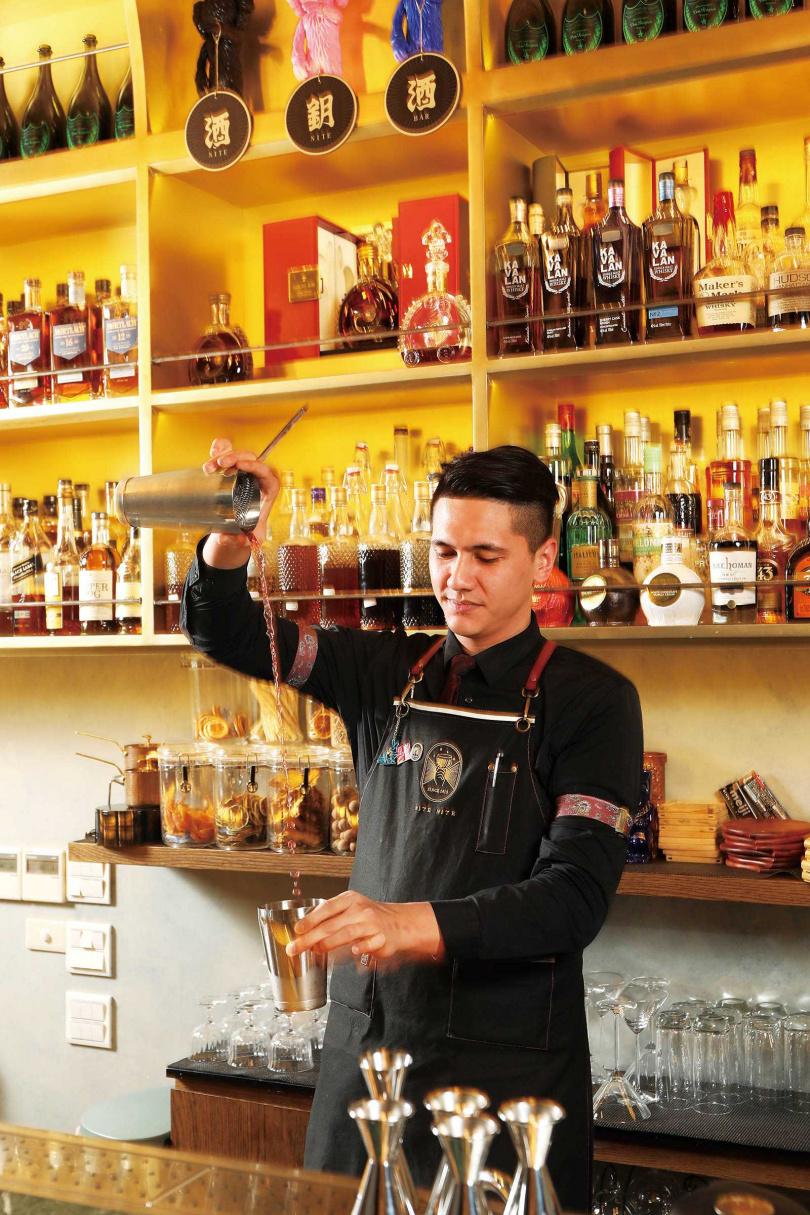 擁有近10年酒吧資歷的店長Alex,外型搶眼,吸引不少粉絲。(圖/于魯光攝)