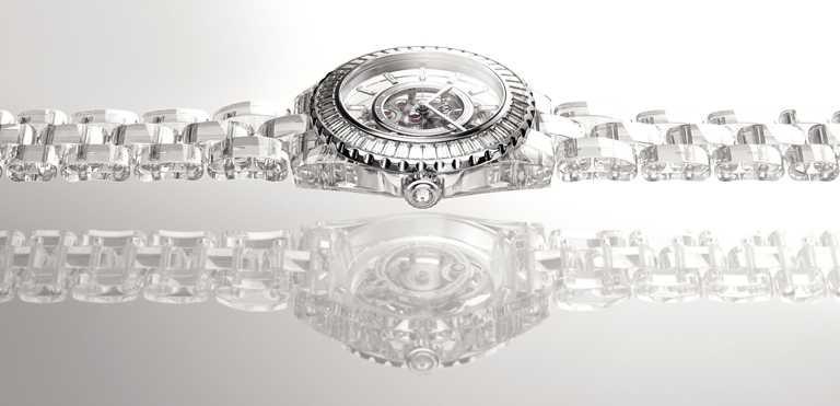 CHANEL「J12 X-RAY」腕錶,藍寶石水晶、18K白金錶殼,Caliber 3.1型手動上鍊鏤空機芯,38mm, 92顆長鑽及1顆明鑽,限量12只╱19,952,000元。(圖╱CHANEL提供)