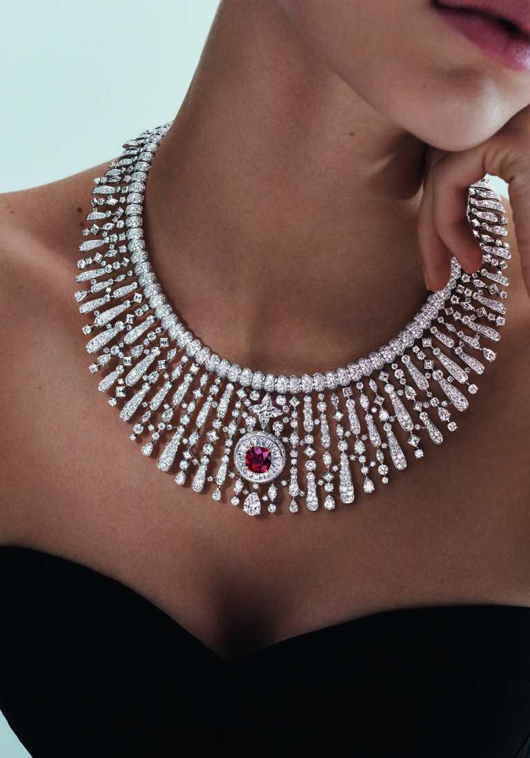 LOUIS VUITTON「Stellar Times」系列高級珠寶,「Astre Rouge」白金鑽石紅寶石項鍊╱4.46克拉星形切割鑽石、8克拉莫三比克紅寶石╱價格店洽。(圖╱LOUIS VUITTON提供)