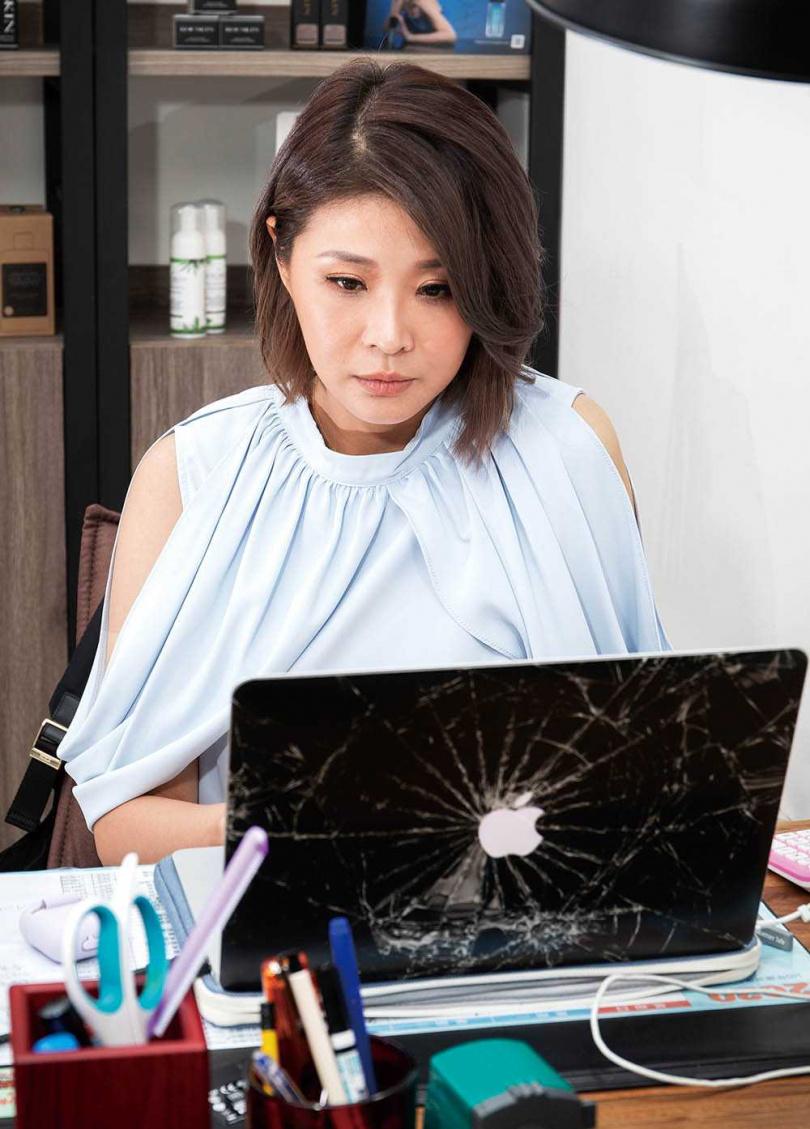 李燕8月從連續劇殺青後,就全心當「保養品CEO」,天天提公事包到公司上班。(圖/林勝發攝)
