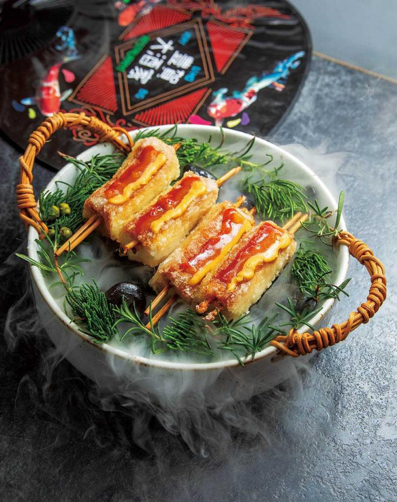 「大口鯊魚煙」 吃起來Q彈有嚼勁,搭配花生辣椒醬、客家桔醬和黃芥末,鹹鮮過癮。(480元)(圖/焦正德攝)