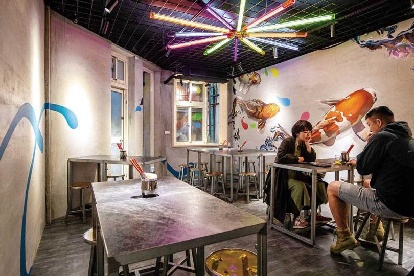 「豊賀大酒家」2樓用餐區,藝術家好友特別在牆面畫上生動的鯉魚圖。(圖/焦正德攝)