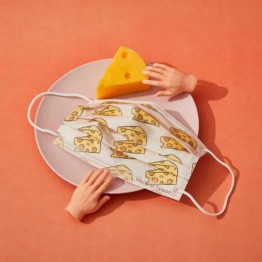 圖為「偷吃起司口罩」。
