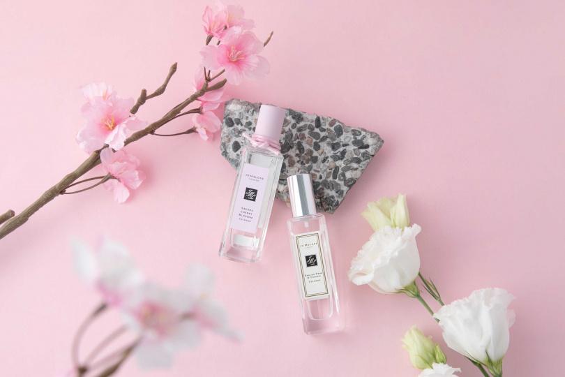 Jo Malone London也建議疊香,高雅的櫻花香水推薦與英國梨與小蒼蘭香水進行香氛疊香糅合,讓你打造專屬個人香氣。 (圖/品牌提供)