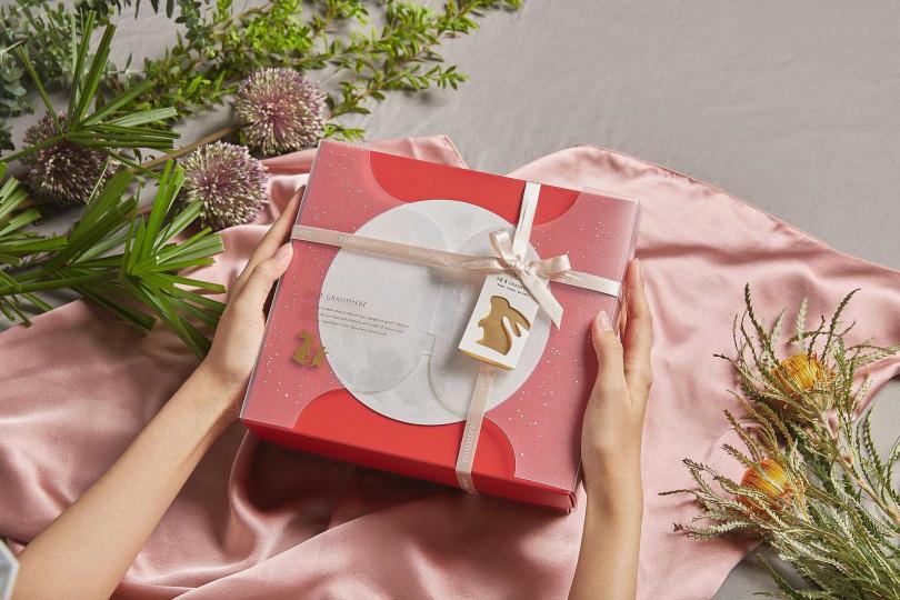 中秋禮盒將圓月與玉兔納入設計。(圖/小草作提供)