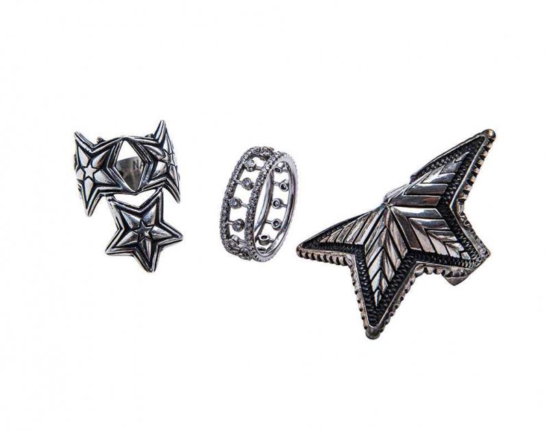 CODYSANDERSON 戒指(男友贈送);DEBEERS Dewdrop白金戒指 146,000元(圖/莊立人攝)