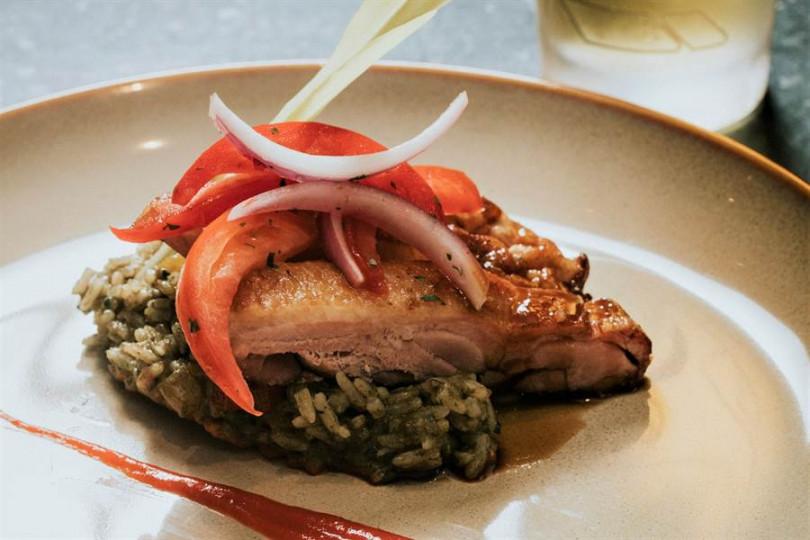 在燉飯中加入黑啤和新鮮香菜的「秘魯黑啤香料飯配油封鴨腿」。